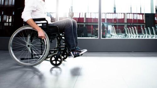 Los aeropuertos son en su mayoría accesibles. La mayor dificultad es por lo general en el embarque y desembarque de pasajeros con discapacidad.