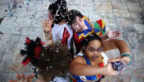 Me Segura Senão Eu Caio completa 10 anos nas ruas saindo às quartas antes do carnaval com um estandarte maior que a própria folia de momo a da inclusão