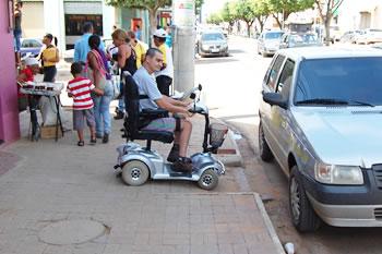 O desrespeito de alguns proprietários de veículos que estacionam em locais, ao longo do meio-fio, onde existe uma rampa de acesso a cadeirantes.