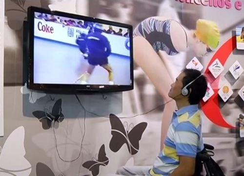 Ricardo Shimosakai assiste ao vídeo no setor de esportes do Memorial da Inclusão