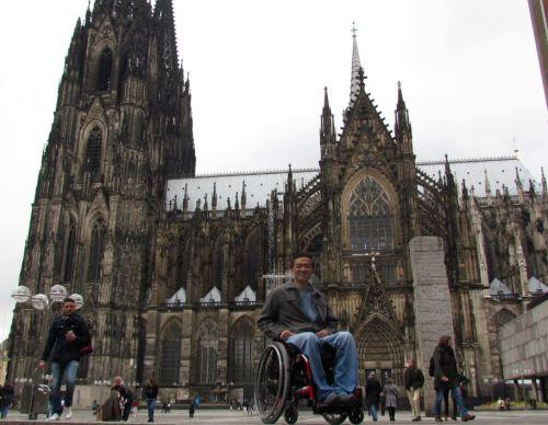 Ricardo Shimosakai de Turismo Adaptado (Brasil), visitando Colonia (Alemania) para promover el turismo accesible en el país
