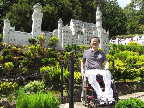 Ricardo Shimosakai em visita técnica no Mini Mundo em Gramado, um dos destinos acessíveis mais bem preparados pela Turismo Adaptado