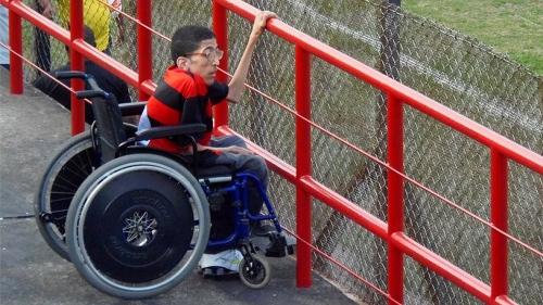 Ronald Capita, estudante (e futuro jornalista) de 16 anos, recebe apoio dos jornalistas do programa Jogando em Casa, pela acessibilidade nos estádios