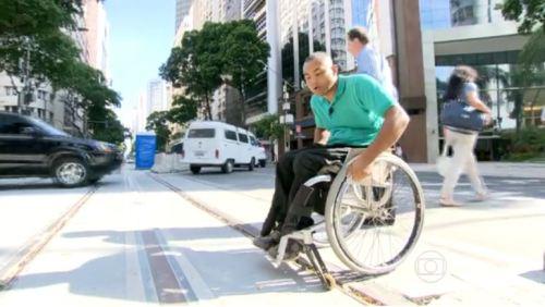 Trilhos do VLT no entorno da Praça Mauá, prejudicam a circulação de cadeira de rodas em pontos de travessia de pedestres