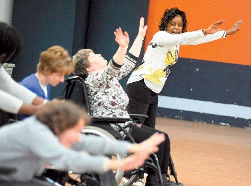 Cadeira de rodas usuários acertar o dancefloor na quarta-feira e aprendeu alguns movimentos novos.