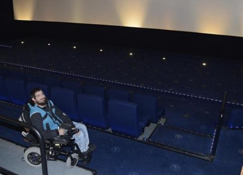 Cristian López de Vitoria recoge firmas para mejorar la accesibilidad de los cines, símbolo de su discriminación como consumidores