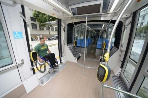 Jonas Licurgo testa a acessibilidade do VLT do Rio