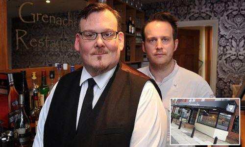 O garçom Andy Foster e o seu chefe, dono do restaurante