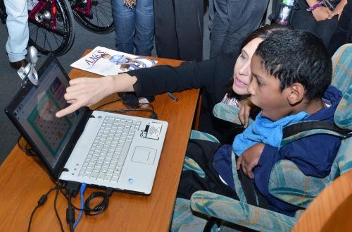 A Secretaria Municipal da Pessoa com Deficiência e Mobilidade Reduzida de São Paulo (SMPED) oferece o aplicativo eSSENTIAL Accessibility.