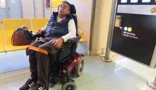 Javier Linero espera en el aeropuerto el vuelo de las 19 horas tras no poder viajar con su silla por la mañana