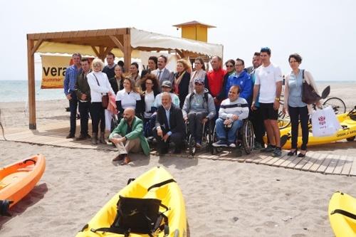 La playa veratense ha puesto en marcha un espacio para las personas con alguna discapacidad