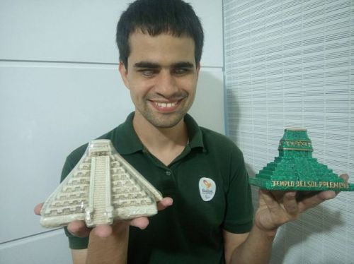 Marcos apresenta algumas peças de sua coleção de miniaturas, maneira que utiliza para conhecer, através do tato, alguns dos locais e pontos turísticos mais significativos do mundo
