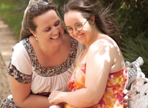Melissa, mãe de Priscila com Síndrome de Down que chega aos 20 anos alfabetizada, namorando e trabalhando