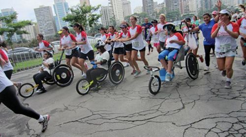 """O programa foi desenvolvido para que voluntários """"emprestem"""" suas pernas e braços para pessoas com deficiência motora participem de provas de corrida"""
