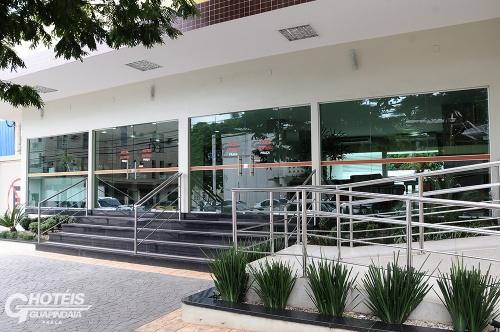 Uma das entradas dos Hotéis Guapindaia em Rio Branco, possui rampa de acesso junto à entrada principal