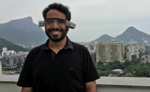 Wallace Ugulino testa o dispositivo que desenvolveu em sua tese de doutorado na PUC-Rio.