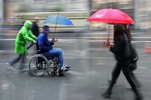Conduzir a cadeira de rodas sozinho e segurar um guarda-chuva ao mesmo tempo é como assobiar e chupar cana