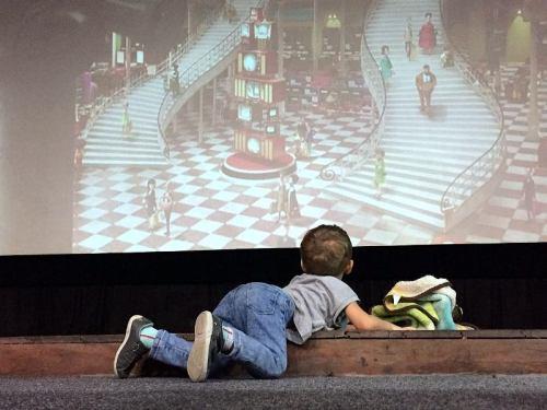 Crianças com distúrbios sensoriais tiveram sessão adaptada de cinema