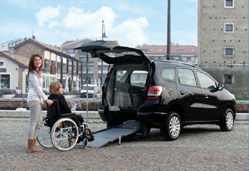 A rampa instalada no veículo facilita o acesso, ao invés da demora de uma plataforma elétrica ou o incômodo de ser carregado