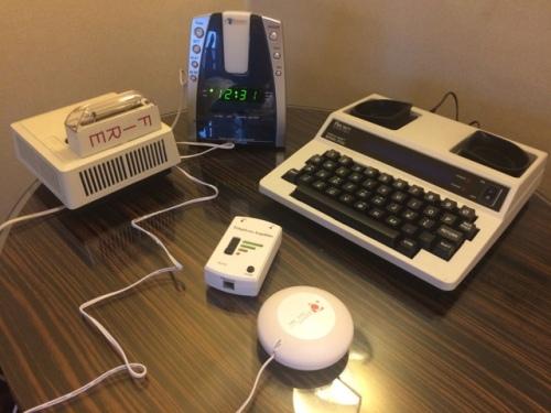 Alarme luminoso, despertador vibratório, e sensor de batidas da porta são alguns dos acessórios oferecidos pelo hotel