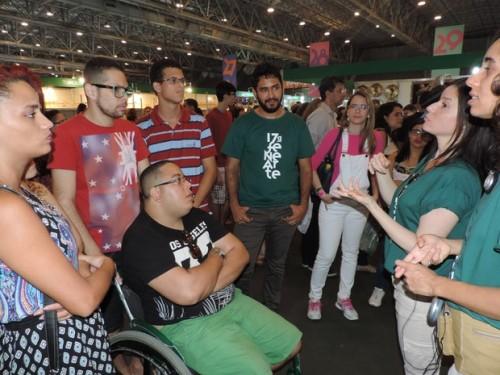 Além do acompanhamento com audiodescrição, o evento também oferecia da visita guiada com intérpretes de Libras para pessoas surdas