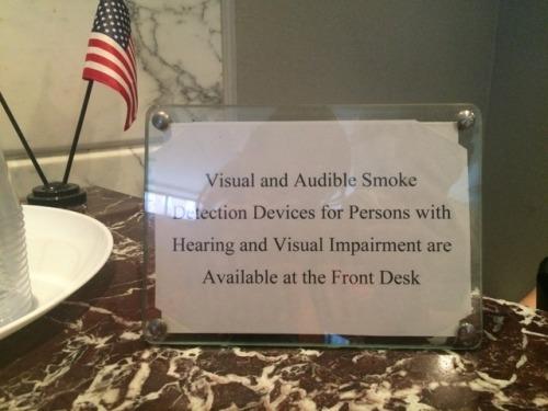 Dispositivos de detecção de fumaça sonoros e visuais para pessoas com deficiências auditivas e visuais estão disponíveis na recepção do hotel