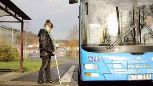 Em Estocolmo, meios-fios adaptados facilitam o embarque em ônibus coletivos. Alertas eletrônicos também anunciam o itinerário dos veículos