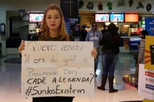 Estudante protestou em frente ao cinema do Continente Shopping, em São José