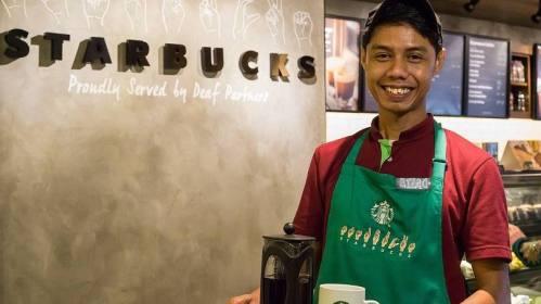 Logo do Starbucks escrito em língua de sinais em loja em Kuala Lumpur na Malásia