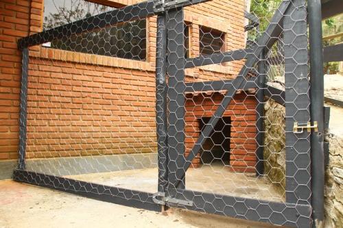 No Hotel Fazenda Parque dos Sonhos em Socorro, alguns chalés são conjugados com um canil, permitindo a passagem do animal.
