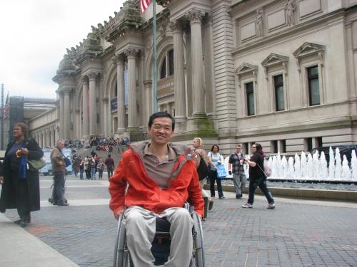 O Metropolitan Museum of Art possui uma entrada alternativa acessível e sinalizada, preservando a arquitetura
