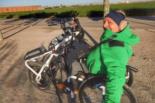Ofrece rutas senderistas para personas con algún tipo de minusvalía que pueden recorrer en handbike (bicicleta de mano)