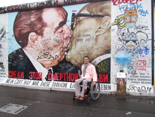 Paulista Ricardo Shimosakai no muro de Berlim, cidade que ele aponta como uma das mais bem adaptadas no mundo