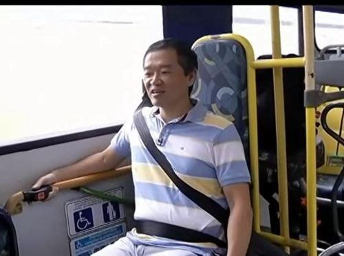 Ricardo Shimosakai no espaço para cadeira de rodas em um ônibus de piso baixo da metrópole paulistana
