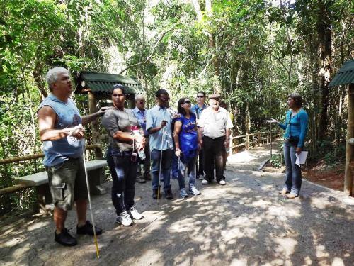 Trilha na UC no estado do Rio de Janeiro permite a pessoas com deficiência desfrutarem de passeios na floresta, explorando, principalmente, os sentidos.