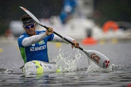 A bordo de caiaques, os atletas devem completar no menor tempo possível um trajeto de 200m em linha reta em águas calmas