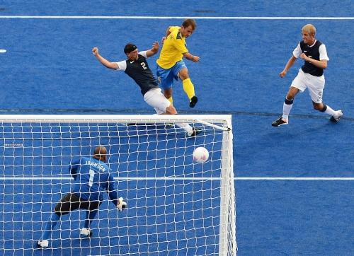 As posições dos jogadores são determinadas por suas limitações. Atletas da classe FTSA, com potencial limitado para chutes, costumam ser goleiros.