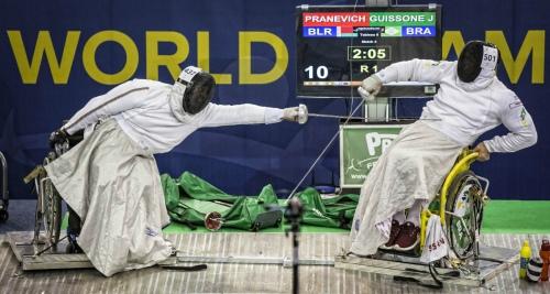 Nas disputas de espada, os atletas usam uma manta metálica para proteger suas pernas e as rodas da cadeira