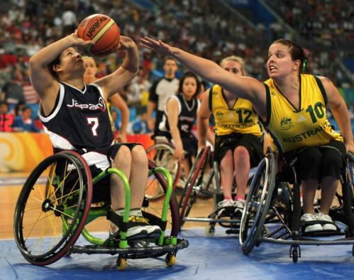O basquetebol em cadeira de rodas é praticado competitivamente por cerca de 25.000 pessoas em 80 países
