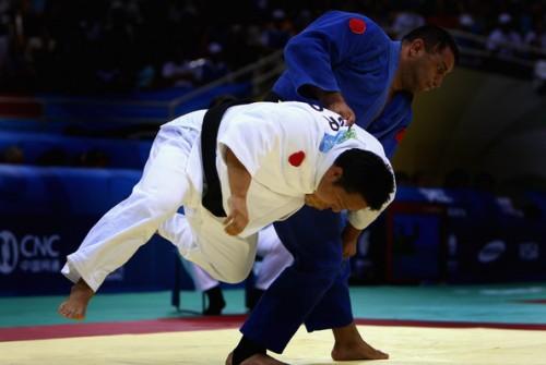 Os atletas da classe B1, que são completamente cegos, são identificados por um círculo vermelho localizado nas mangas do quimono