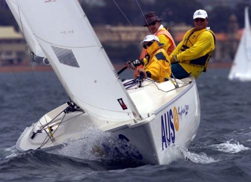 Os barcos da Vela Paralímpica são projetados para ter uma estabilidade maior e possuem mais espaço na área onde ficam os tripulantes