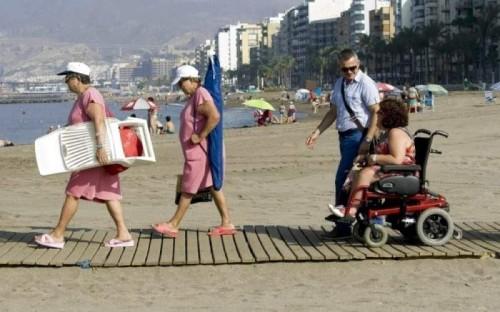 Pasarela en la playa del Zapillo (Almeria), playa con puntos de baño accesibles.