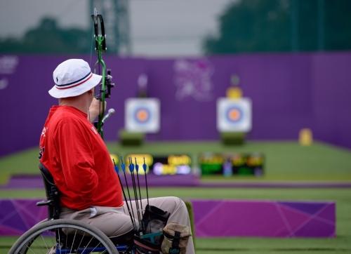 Por competirem no mesmo campo e com equipamentos similares, muitos campeonatos reúnem atletas com e sem deficiência