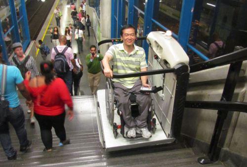 Ricardo Shimosakai, Director de Turismo Adaptado durante su visita, utiliza el equipo accesibilidad del transporte público en Medellín