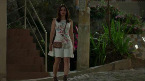 Veja como Sabrina Petraglia interpreta a personagem Shirlei em Haja Coração, mancando quando caminha, clicando aqui ou na foto abaixo