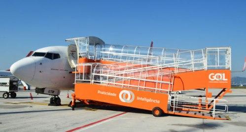 com-inclinacao-leve-a-rampa-de-acesso-conecta-o-nivel-do-chao-as-portas-dos-boeing-737-700-e-737-800-em-caso-de-voos-feitos-em-posicao-remota