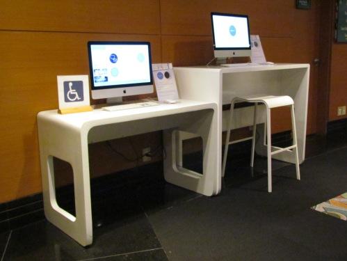 computadores-potentes-em-mesas-rebaixadas-com-design-moderno-acessibilidade-com-estilo-e-funcionalidade