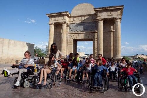 imagen-de-un-actividad-de-concienciacion-sobre-accesibilidad-en-cordoba-realizado-por-el-colectivo-los-paseos-de-jane-en-2013