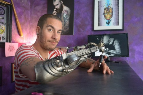 jc-sheitan-perdeu-o-antebraco-direito-quando-tinha-22-anos-e-desde-entao-fazia-os-desenhos-e-tatoos-com-o-braco-esquerdo