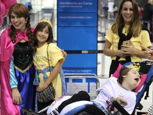 Felicidade da criança com deficiência e da família realizando o sonho de conhecer a Disney